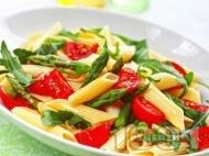 Рецепта Студена макаронена салата с пене паста, чери домати, аспержи и рукола